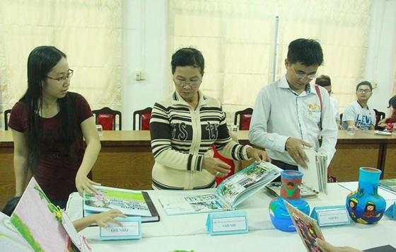 """Những cuốn sách mà các gia đình đoạt giải cuộc thi """"Gia đình đọc sách"""" được trưng bày trong lễ trao giải tại Thư viện Khoa học tổng hợp TPHCM"""