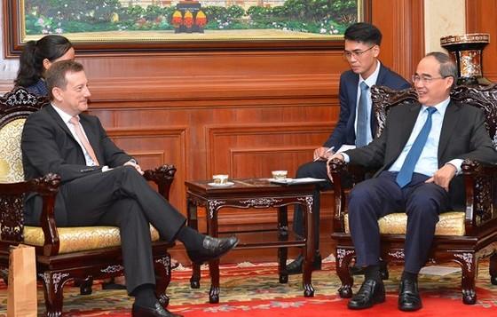 Bí thư Thành ủy TPHCM Nguyễn Thiện Nhân tiếp ông Bertrand Lortholary, Đại sứ Pháp tại Việt Nam. Ảnh: VIỆT DŨNG
