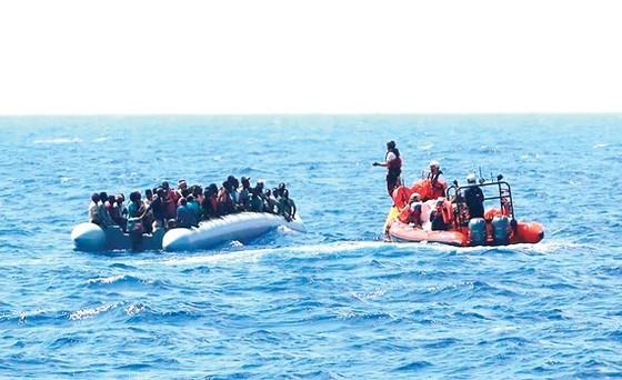 Người di cư được lực lượng cứu hộ trên tàu Ocean Viking giải cứu. Ảnh: AP