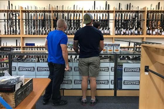 Khách hàng tìm mua súng và phụ kiện trong một cửa hàng ở TP. Christchurch, New Zealand. Nguồn: REUTERS