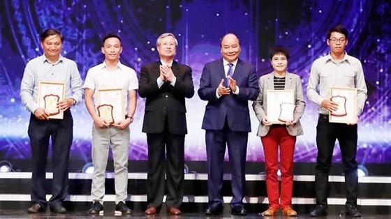 Thủ tướng Nguyễn Xuân Phúc và Thường trực Ban Bí thư Trần Quốc Vượng trao giải A cho các tác giả. Ảnh: TTXVN