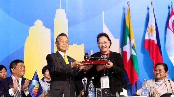 Chủ tịch Quốc hội Nguyễn Thị Kim Ngân nhận búa đảm nhận chức Chủ tịch AIPA 41 từ Thái Lan. Ảnh: Trọng Đức/TTXVN