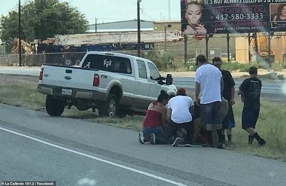 Người dân giúp một nạn nhân bị thương sau vụ xả súng tại Texas. Ảnh: DAILYMAIL