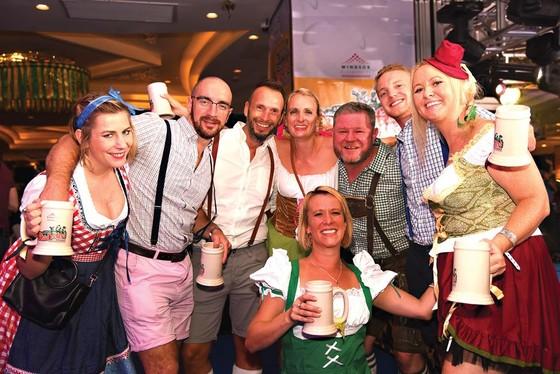 Sôi động lễ hội  bia Oktoberfest  tại Windsor Plaza ảnh 1