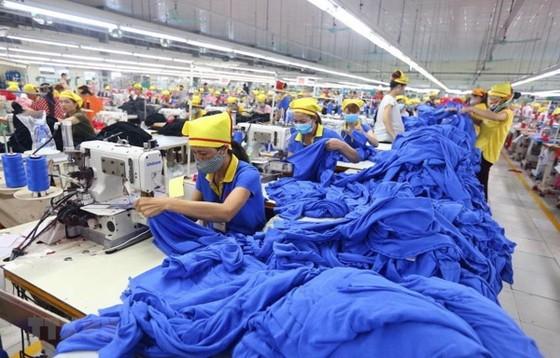 Dây chuyền sản xuất hàng may mặc tại Công ty Trách nhiệm hữu hạn Hana Kovi Việt Nam, 100% vốn đầu tư của Hàn Quốc tại Bắc Giang. (Ảnh: Danh Lam/TTXVN)