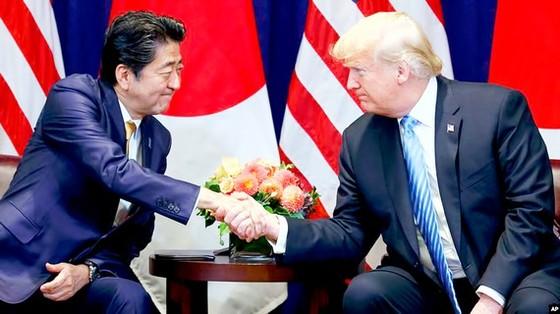Cuộc gặp giữa Thủ tướng Shinzo Abe và Tổng thống Donald Trump được kỳ vọng mang lại tín hiệu thuận lợi cho kinh tế (ảnh minh họa của Reuters)