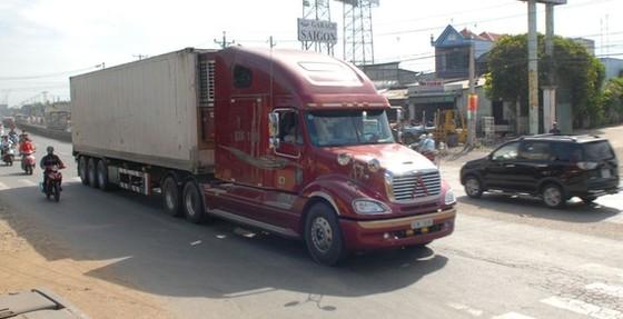 Xe container lưu thông trên quốc lộ 1. Ảnh: THÀNH TRÍ