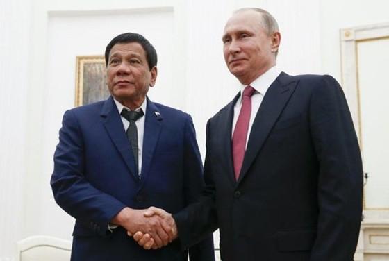 Tổng thống Philippines Rodrigo Duterte (trái) và người đồng cấp Nga Vladimir Putin. Ảnh: Yahoo News