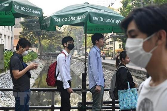 Người dân Thái Lan đeo khẩu trang do khói mù bao phủ ở thủ đô Bangkok. Ảnh: AFP/TTXVN