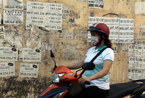"""canh bao tinh trang cong nhan """"vay tien nong"""", the chap the atm hinh 1"""