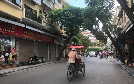 """cac cua hang tren pho co ha noi chat vat """"vuot bao"""" dich covid-19 de """"song sot"""" hinh 1"""