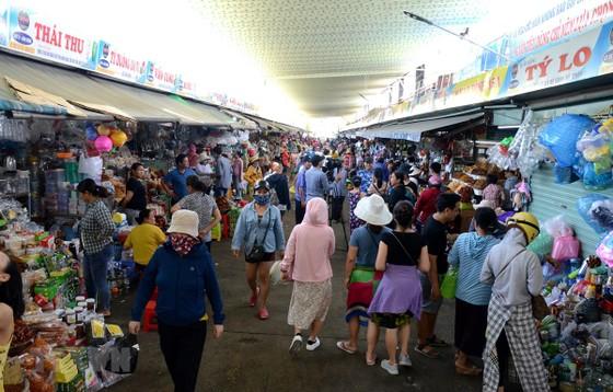 Người dân mua sắm tại chợ Cồn (quận Hải Châu, thành phố Đà Nẵng) sau thời gian thực hiện giãn cách xã hội. (Ảnh: Quốc Dũng/TTXVN)
