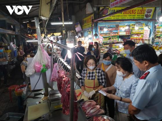 TPHCM: Tiểu thương chợ truyền thống nỗ lực giữ chân khách hàng ảnh 2