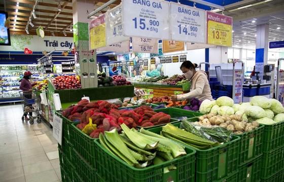 Siêu thị Co.op Mart Rạch Giá, Kiên Giang bán lẻ nhiều loại hàng hóa phục vụ nhu cầu thiết yếu của người dân. (Ảnh: Hồng Đạt/TTXVN)
