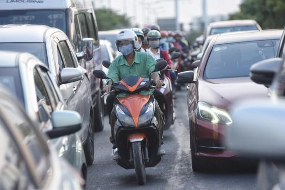 TP.HCM: Các cửa ngõ kẹt cứng, bến xe đông nghẹt người trước ngày nghỉ lễ 30-4 - Ảnh 4.