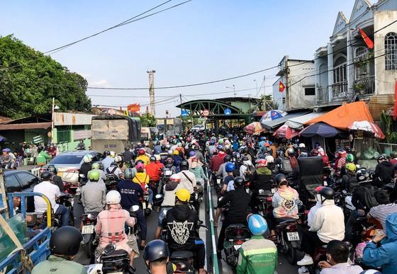 TP.HCM: Các cửa ngõ kẹt cứng, bến xe đông nghẹt người trước ngày nghỉ lễ 30-4 - Ảnh 3.