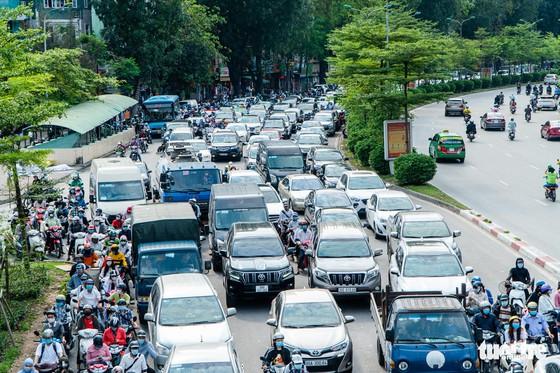 Nườm nượp người đổ về quê nghỉ lễ, xe cộ trên phố Hà Nội đứng hình từ 3 giờ chiều - Ảnh 2.