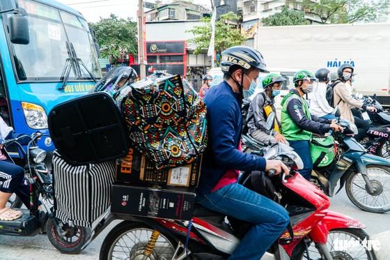 Nườm nượp người đổ về quê nghỉ lễ, xe cộ trên phố Hà Nội đứng hình từ 3 giờ chiều - Ảnh 6.
