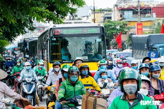 Nườm nượp người đổ về quê nghỉ lễ, xe cộ trên phố Hà Nội đứng hình từ 3 giờ chiều - Ảnh 4.
