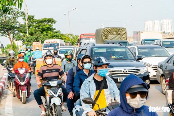 Nườm nượp người đổ về quê nghỉ lễ, xe cộ trên phố Hà Nội đứng hình từ 3 giờ chiều - Ảnh 8.