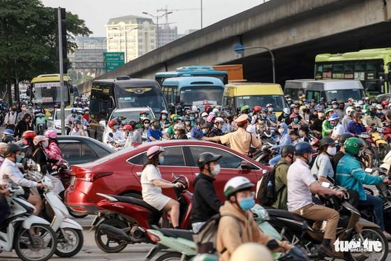 Nườm nượp người đổ về quê nghỉ lễ, xe cộ trên phố Hà Nội đứng hình từ 3 giờ chiều - Ảnh 5.