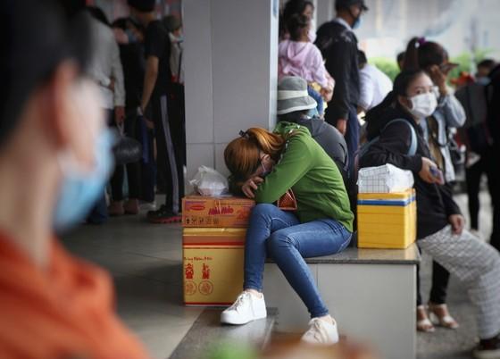 TP.HCM: Các cửa ngõ kẹt cứng, bến xe đông nghẹt người trước ngày nghỉ lễ 30-4 - Ảnh 6.