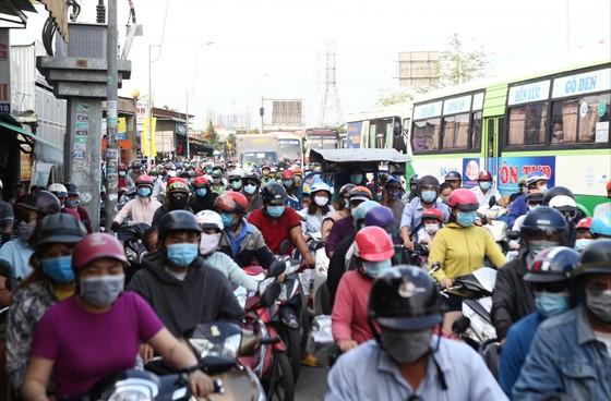 TP.HCM: Các cửa ngõ kẹt cứng, bến xe đông nghẹt người trước ngày nghỉ lễ 30-4 - Ảnh 7.