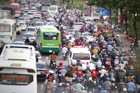 TP.HCM: Các cửa ngõ kẹt cứng, bến xe đông nghẹt người trước ngày nghỉ lễ 30-4 - Ảnh 2.