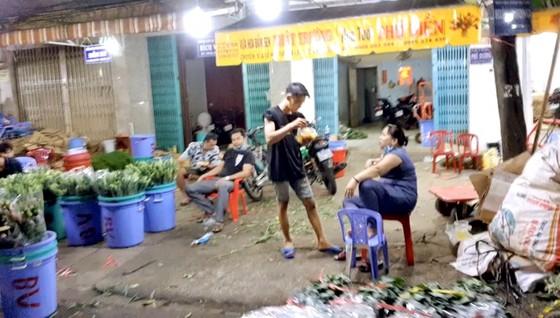 Nhiều người buôn bán không đeo khẩu trang ở chợ hoa