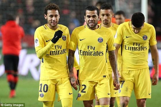 Neymar và Dani Alves. Ảnh: Getty Images.