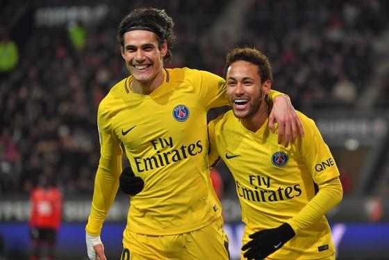 Edinson Cavani (trái) cảm thấy mình không được đối xử như Neymar. Ảnh: Getty Images