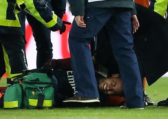 Neymar có vẻ rất đau đớn trên sân.