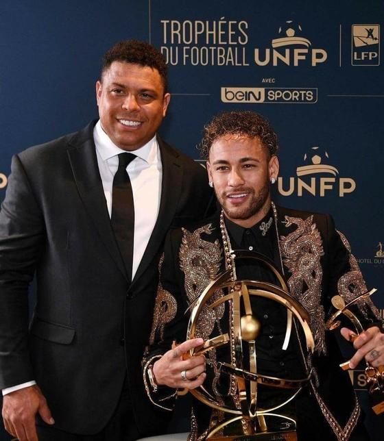 Neymar diện đẹp nhận giải Cầu thủ xuất sắc nhất Ligue 1 ảnh 1