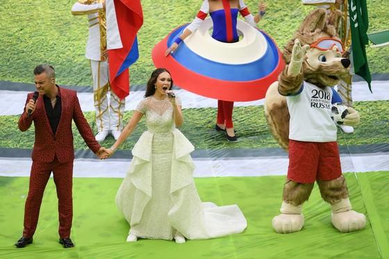 Danh ca Robbie Williams ữ ca sĩ opera Aida Garifullina trình diễn tại lễ khai mạc.