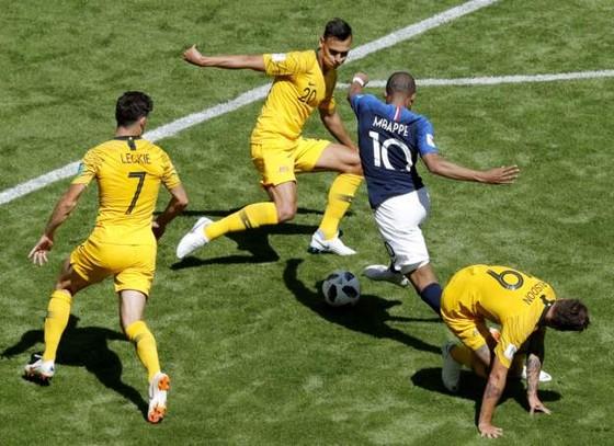 Kylian Mbappe đột phá trong vòng vây hậu vệ Australia.