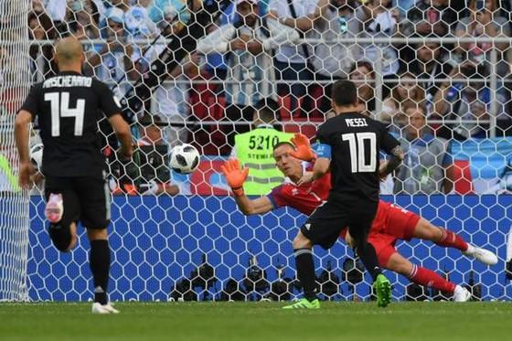 Thủ thành Iceland Halldorsson – từ đạo diễn trở thành người hùng World Cup ảnh 1