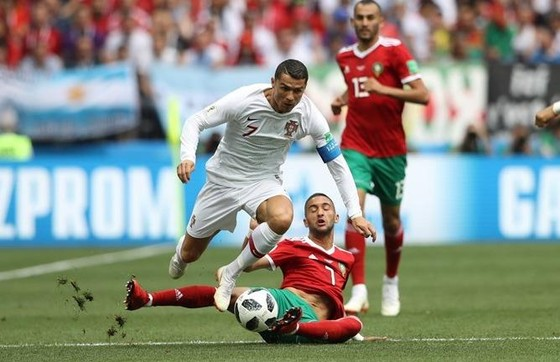 Ronaldo đi bóng qua hậu vệ Morocco.