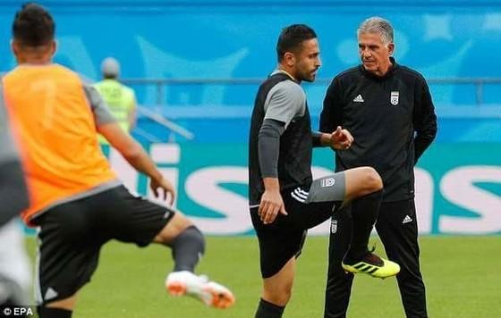 Carlos Queiroz trên sân tập cùng các cầu thủ Iran