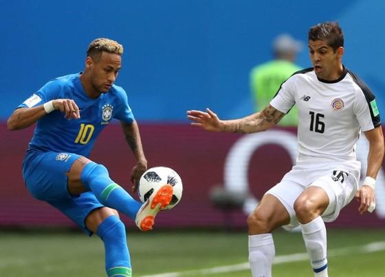 Neymar chơi rất tích cực bên cánh trái.