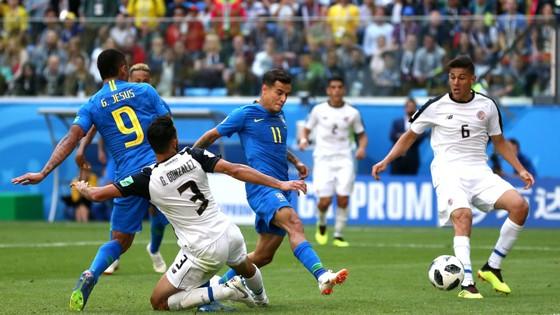 Coutinho (10, Brazil) băng vào ghi bàn mở tỷ số.