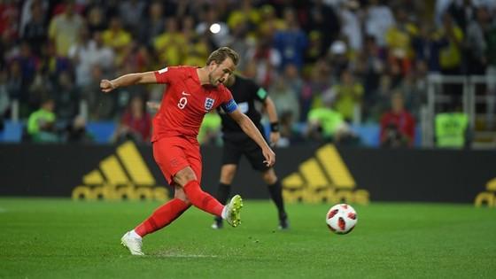 Harry Kane sút bóng vào giữa khung thành để ghi bàn thứ 6 cho bản thân mình.