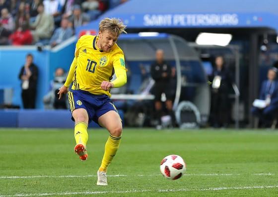 Emil Forsberg ghi bàn vào lưới Thụy Sĩ.