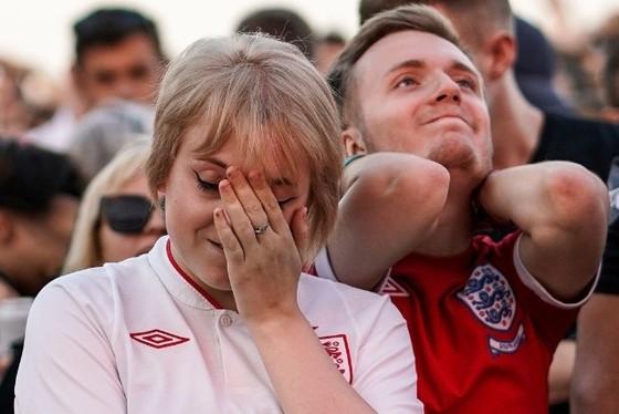 CĐV Anh bị FIFA sờ gáy