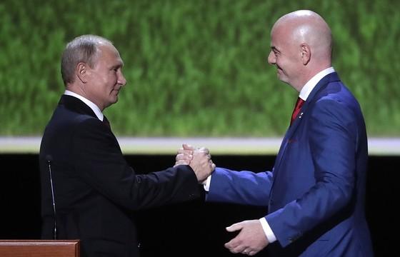 Chủ tịch FIFA Gianni Infantino (phải) và Tổng thống Nga Vladimir Putin (trái)
