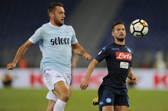 Dries Mertens nỗ lực đi bóng qua hậu vệ Lazio.