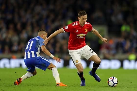 Nemanja Matic (Manchester United) đi bóng qua Anthony Knockaert (Brighton)