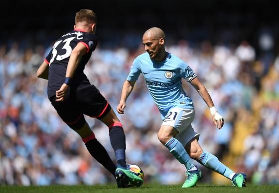 Dacvid Silva (Manchester City) đ0i bóng qua hậu vệ Huddersfield.