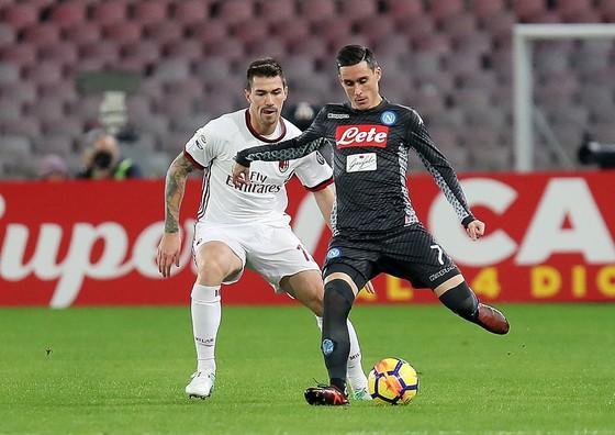 Jose Calleon (Napoli) đi bóng trước Alessio Romagnoli (AC Milan)