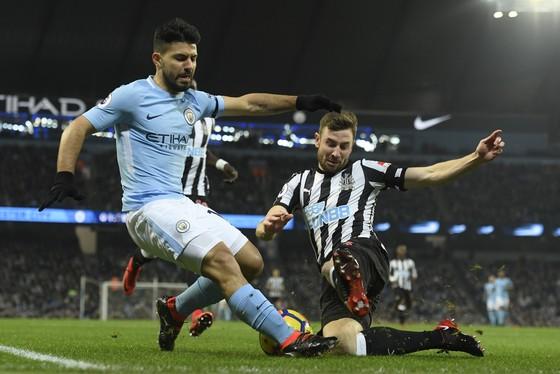 """Manchester City (Sergio Aguero, trái) sẽ tiếp đón đội khách """"chém đinh chặt sắt"""" Newcastle."""