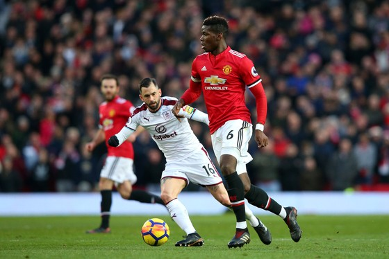 Paul Pogba đi bóng trước hậu vệ Burnley.